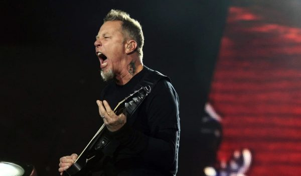 El mal momento de James Hetfield.